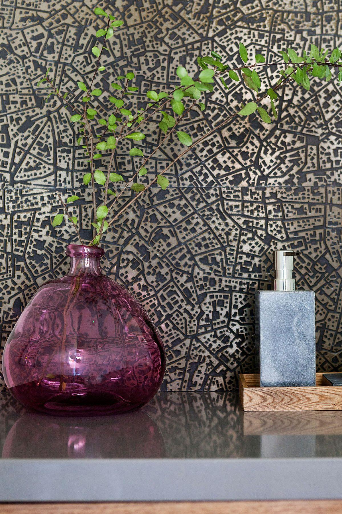 Trouvez des façons innovantes d'ajouter de la verdure à la salle d'eau à l'aide de vases