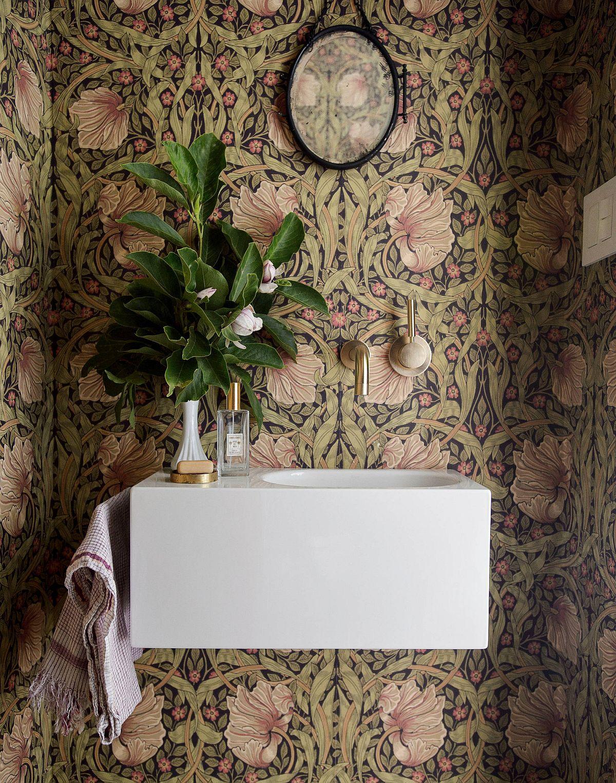 Le motif floral du papier peint accentue l'attrait naturel de cette salle d'eau moderne et intelligente
