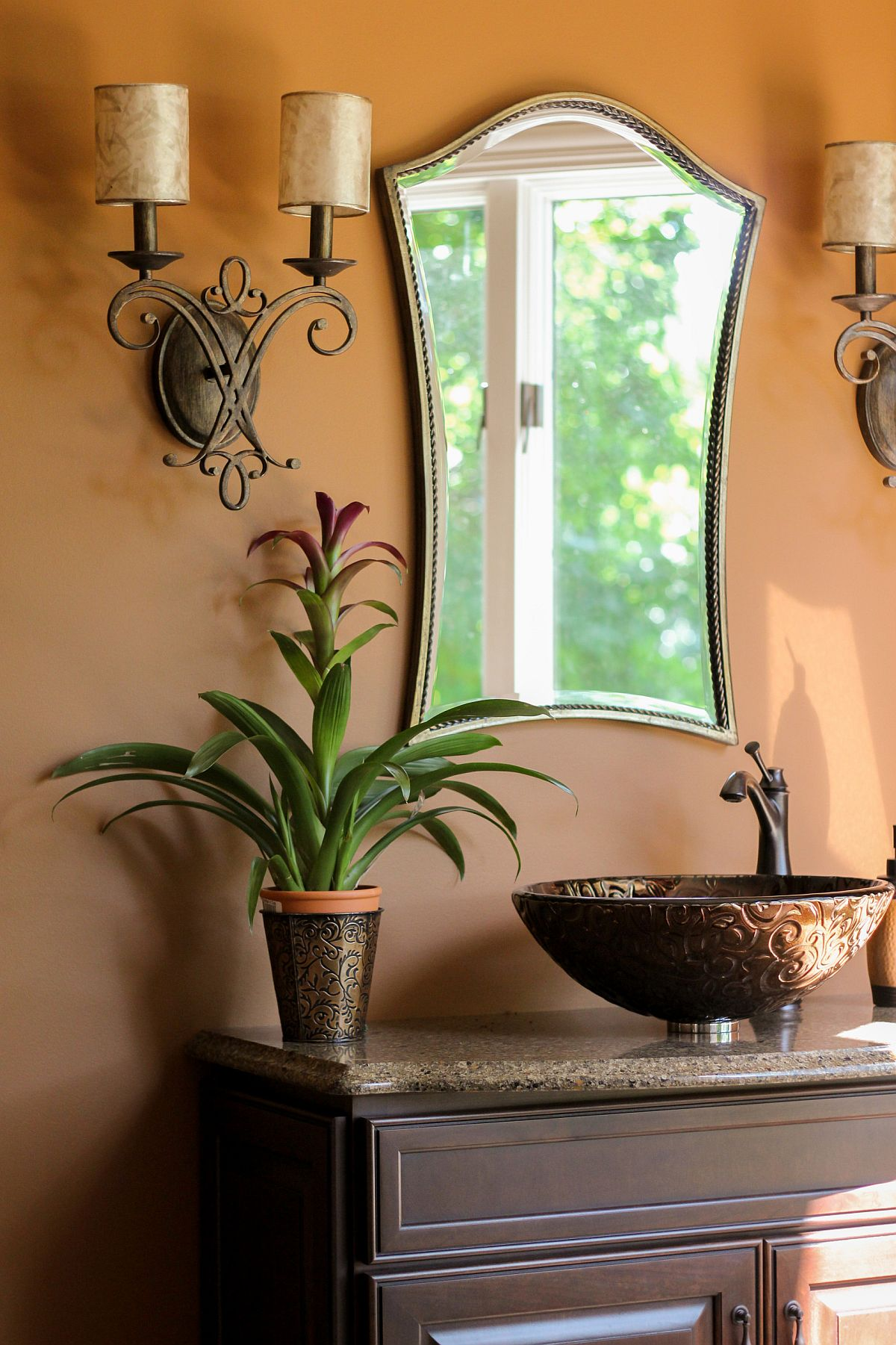 Salle d'eau de style méditerranéen moderne avec juste un soupçon de verdure