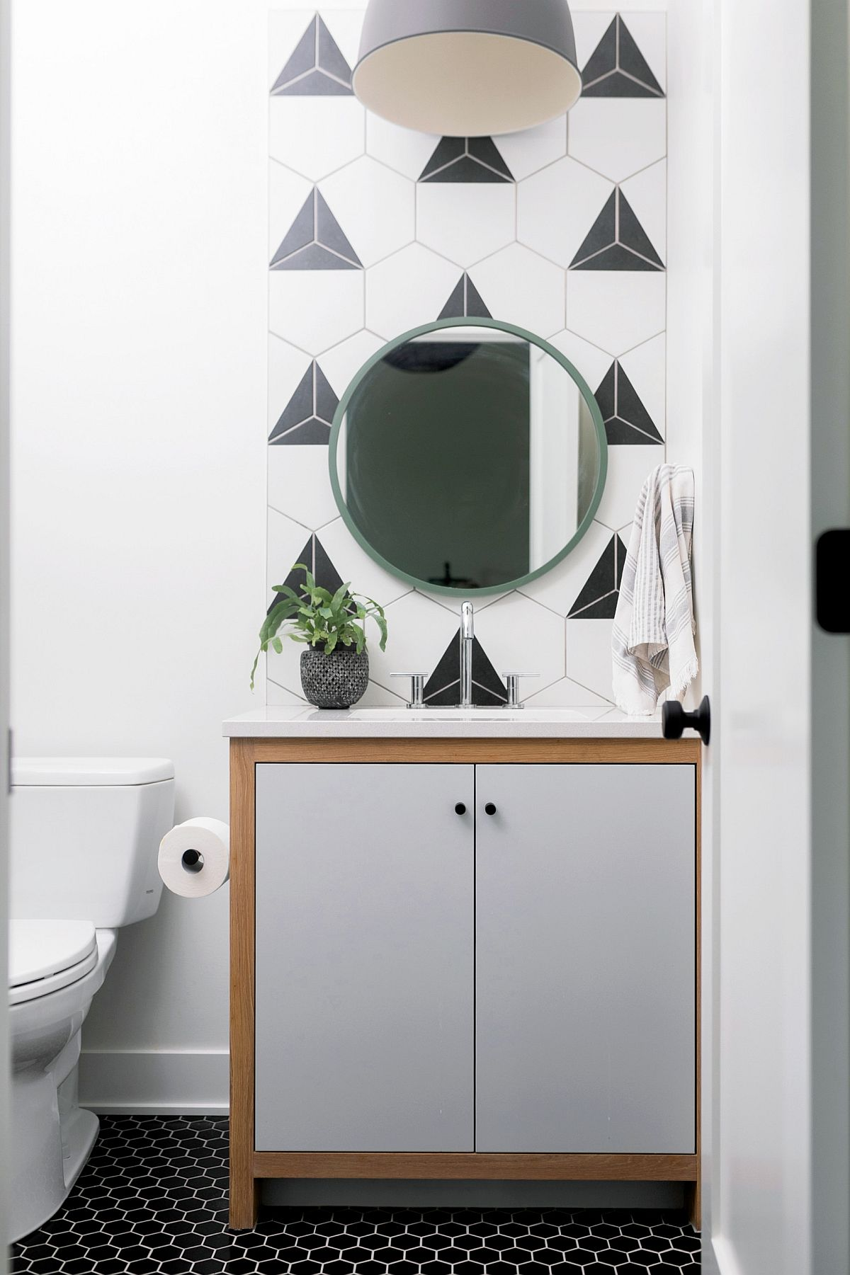 Salle d'eau contemporaine en noir, blanc et gris avec des carreaux hexagonaux en toile de fond et des carreaux de sol hexagonaux foncés
