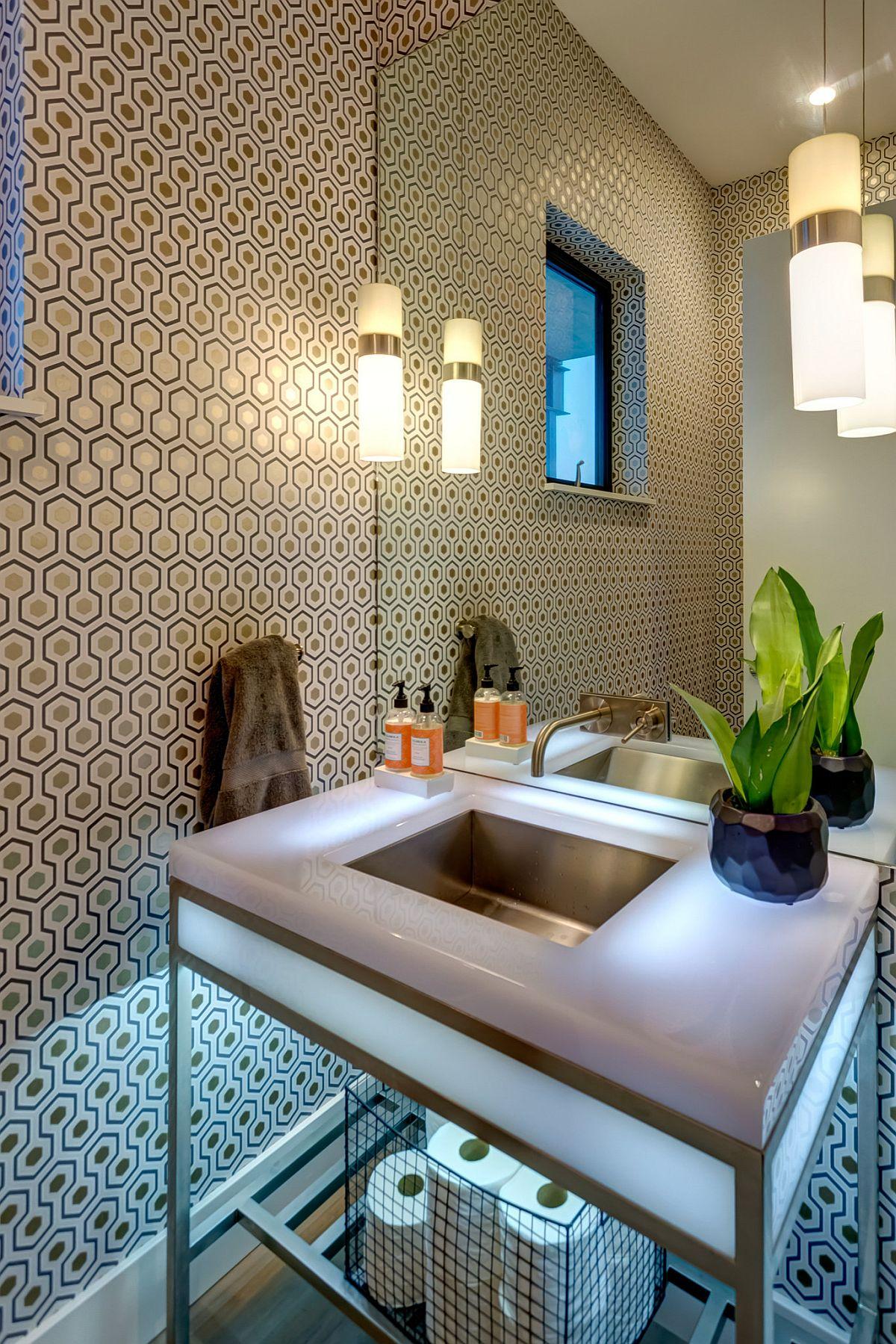 Le papier peint avec le motif emblématique de David Hicks vole la vedette dans cette petite salle d'eau moderne