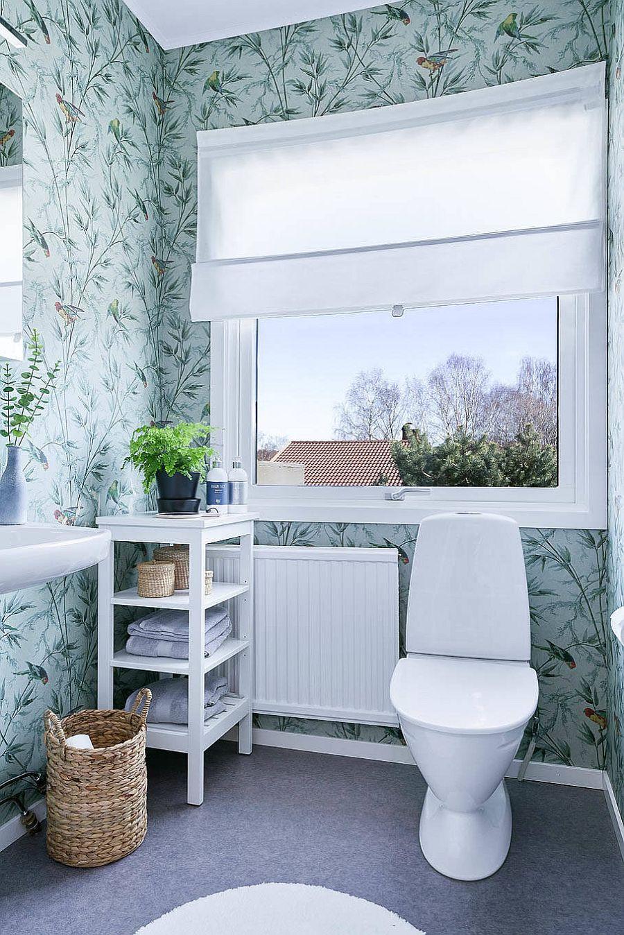 Salle d'eau de style scandinave moderne avec papier peint à motifs floraux et toile de fond bleu clair