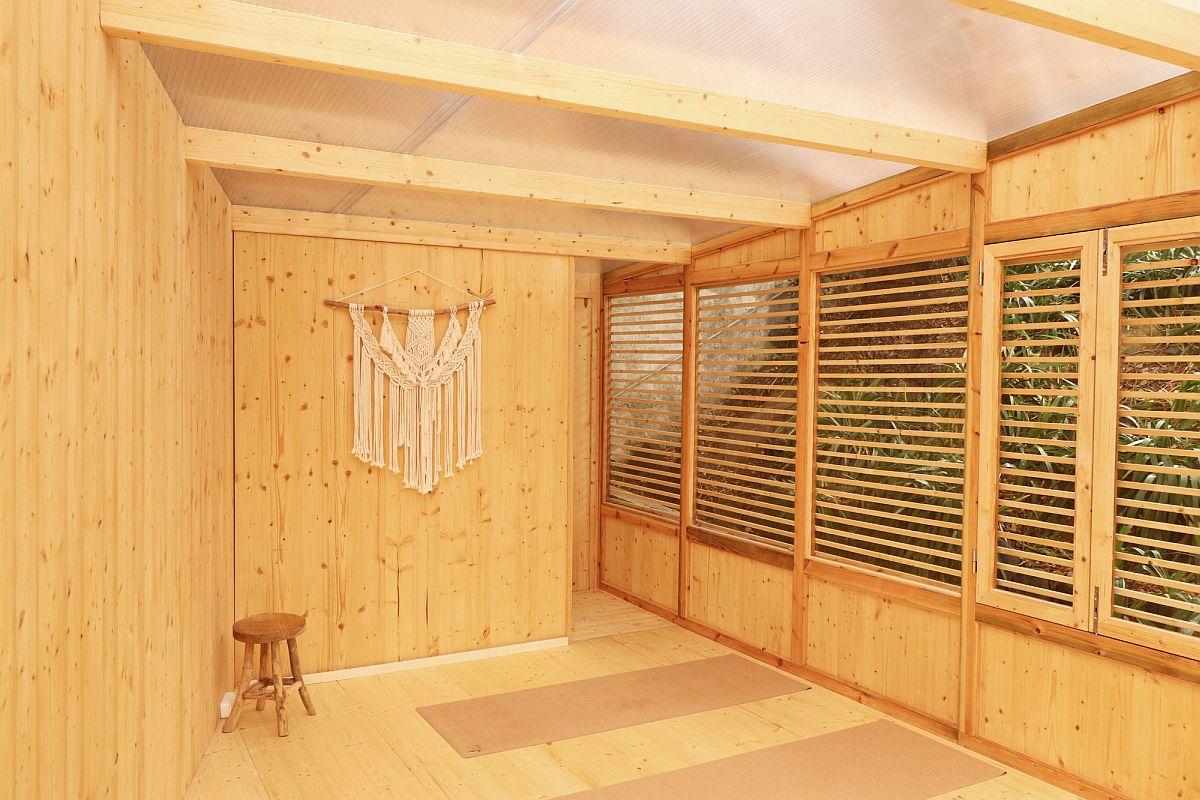 Les panneaux en bois lamellé-croisé permettent la création d'un studio de yoga économique et confortable dans la cour arrière