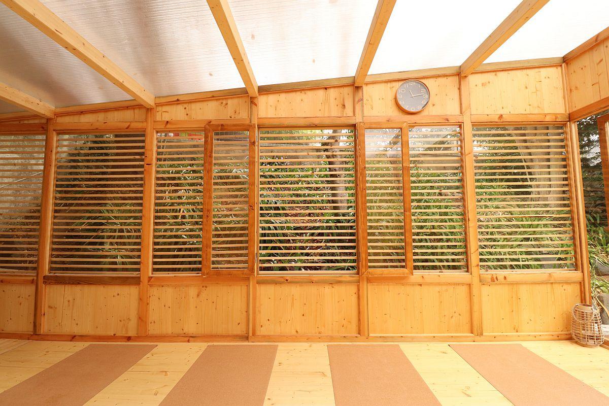 Les murs en verre combinés avec du bois de pin à lattes garantissent qu'il n'y a pas d'inondation de soleil à l'intérieur