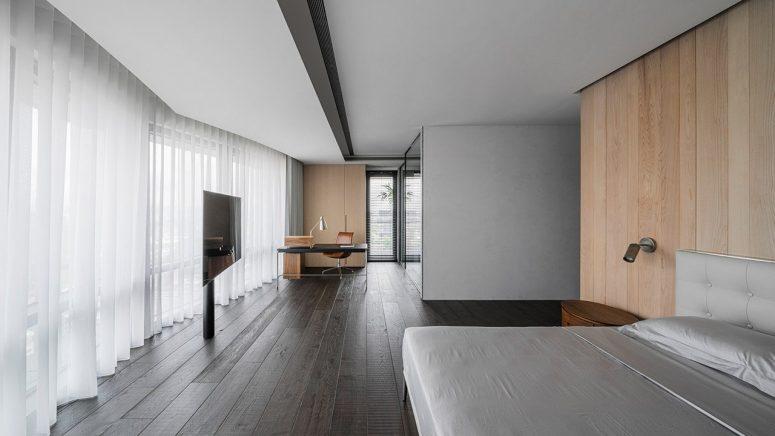 La chambre est très spacieuse et a l'air propre et lumineuse