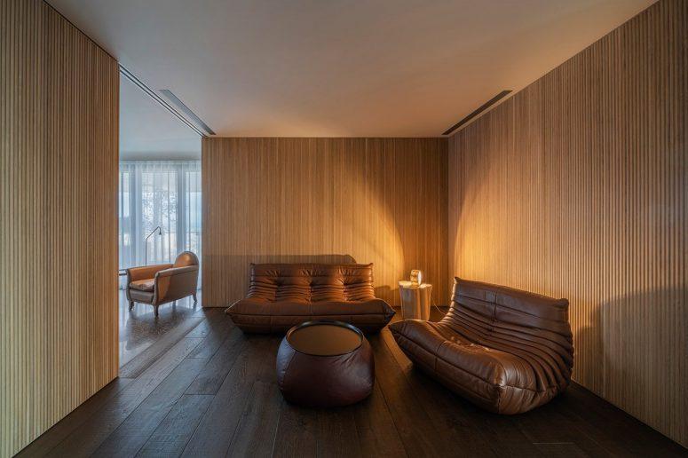 Ce coin confortable comprend des meubles légers et en cuir, un espace de conversation parfait
