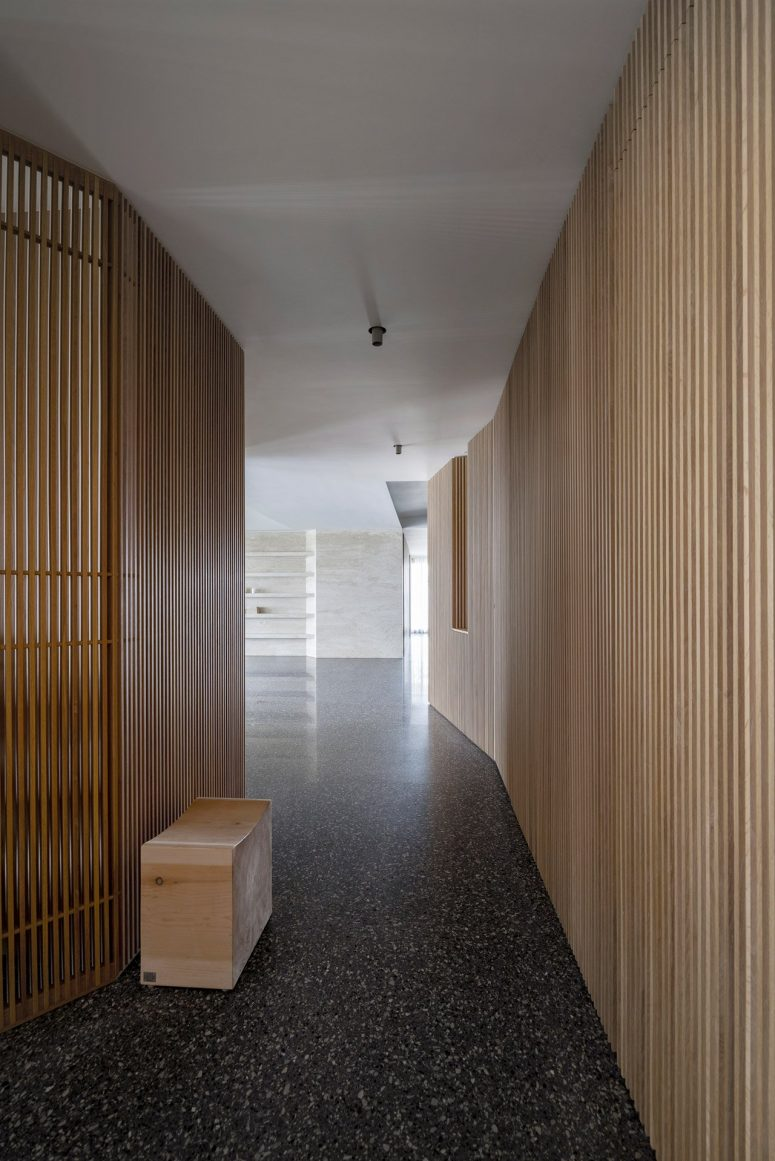 L'esthétique de l'habitation est minimaliste, vous pouvez voir beaucoup de surfaces lisses et d'espaces aérés