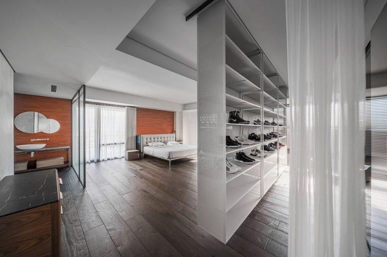 Une autre chambre est également combinée avec une salle de bain, et un mur avec des baskets est un séparateur d'espace
