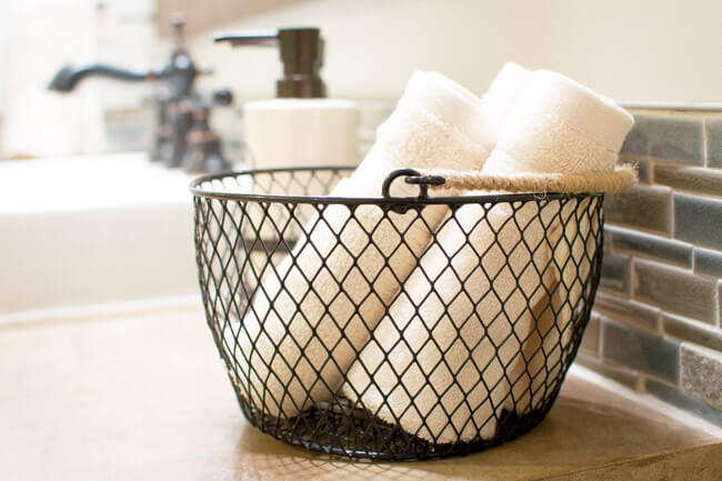 Porte-serviettes en fil métallique avec poignée en ficelle