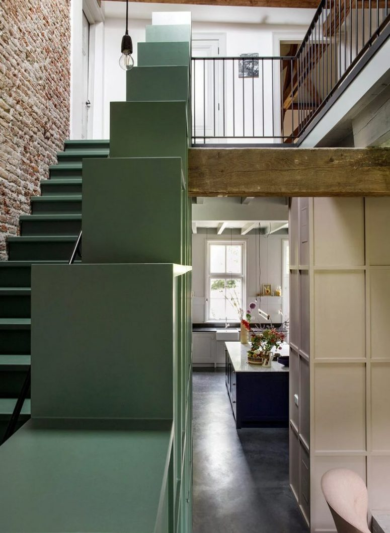 L'escalier comporte des unités de stockage soem qui peuvent également être utilisées pour afficher des objets