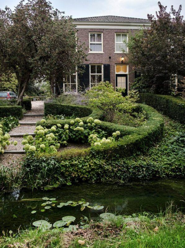 Dehors, il y a un jardin avec beaucoup de verdure et d'élégance pure, il y a un étang confortable