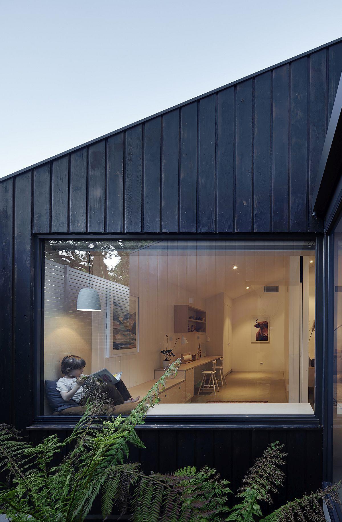 Fenêtres en forme de boîte avec siège à côté qui offrent une vue magnifique et relaxante