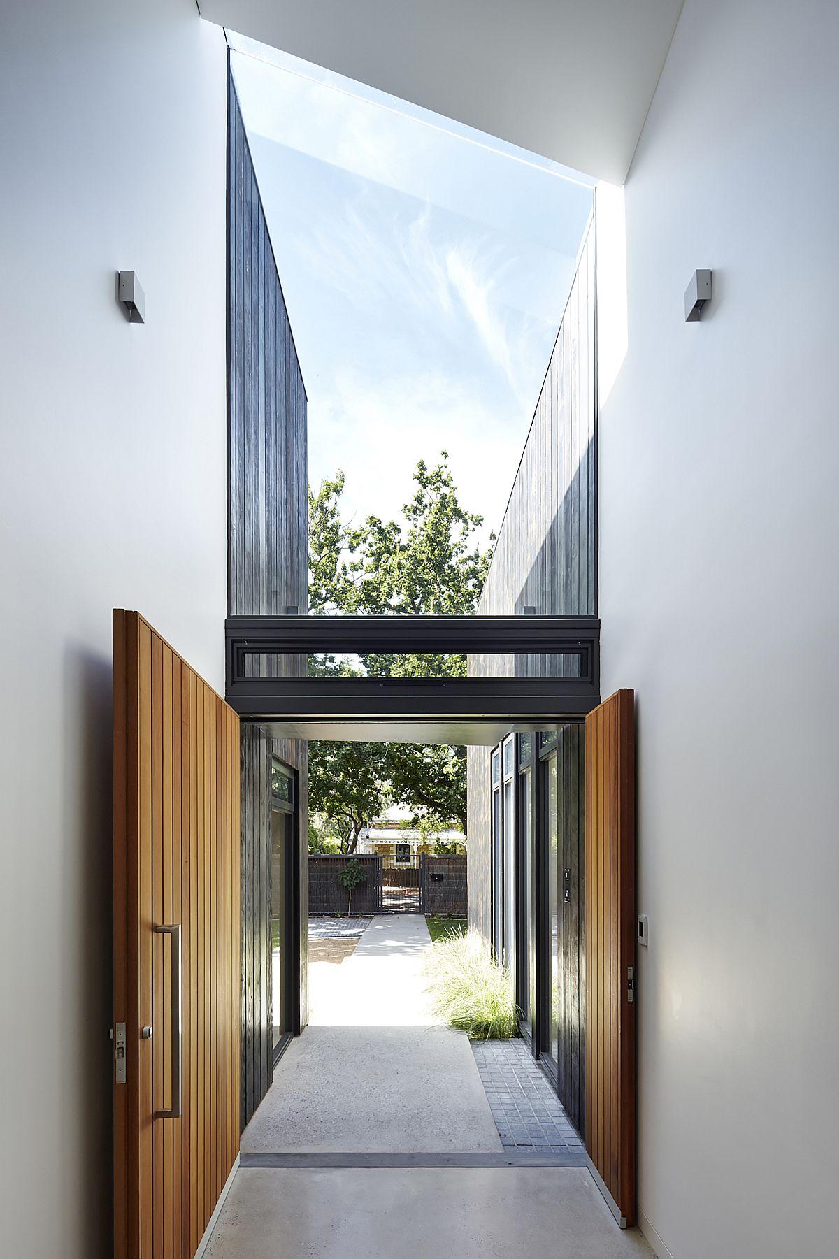 Entrée spacieuse et élégante de la maison en blanc