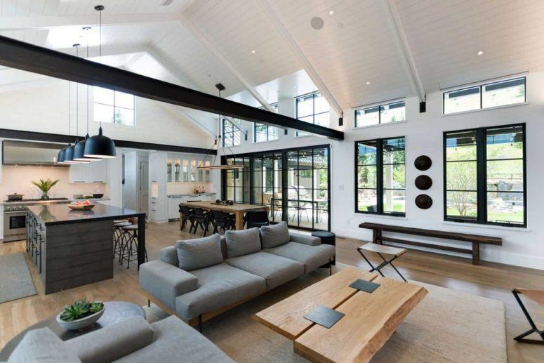 Le salon est fait avec un mobilier contemporain et est construit autour d'une cheminée chaleureuse