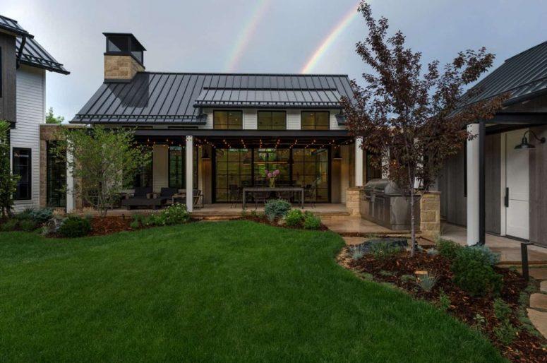 Les pièces de la maison sont disposées en forme de U autour d'une belle cour, à laquelle chaque grand espace a un accès