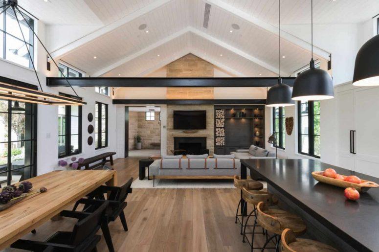 L'espace principal est un aménagement ouvert avec une salle à manger, une salle familiale et un espace cuisine, il est rempli de lumière naturelle et offre des vues fraîches