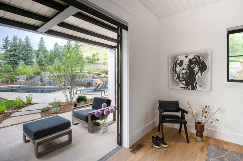 Les portes coulissantes offrent un accès facile au jardin et à la cour depuis chaque section de la maison