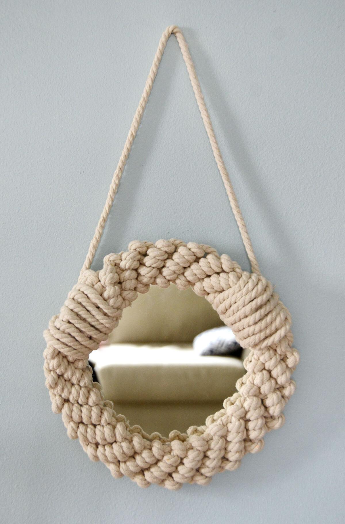 Un petit miroir hublot tricoté avec une corde