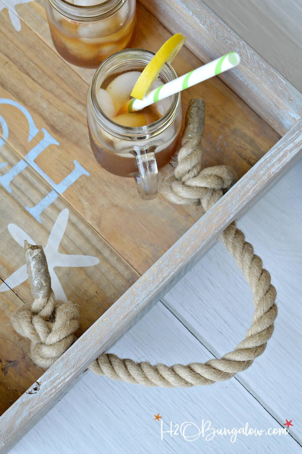 Un plateau de petit-déjeuner avec des poignées en corde