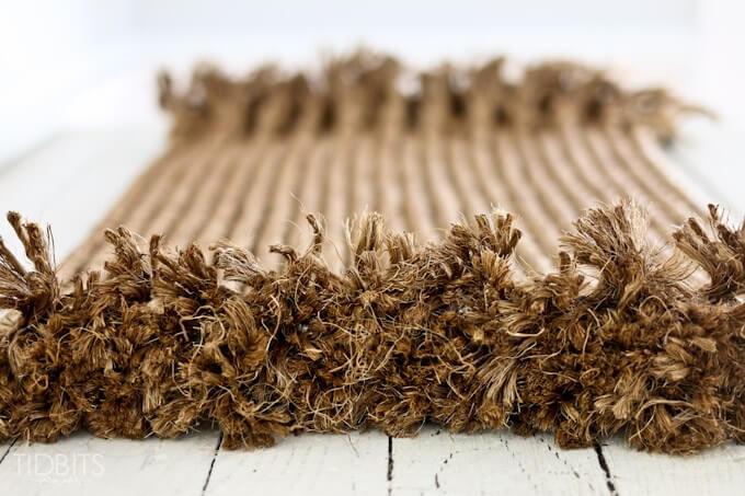 Un tapis de corde effilochée pour une terrasse