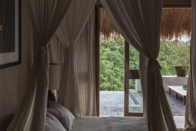 La chambre est faite dans des tons neutres purs, avec un lit confortable et une vue magnifique