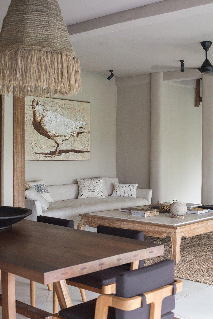 Le salon est uni à une salle à manger, ici vous pouvez voir les mêmes meubles en bois et pièces neutres
