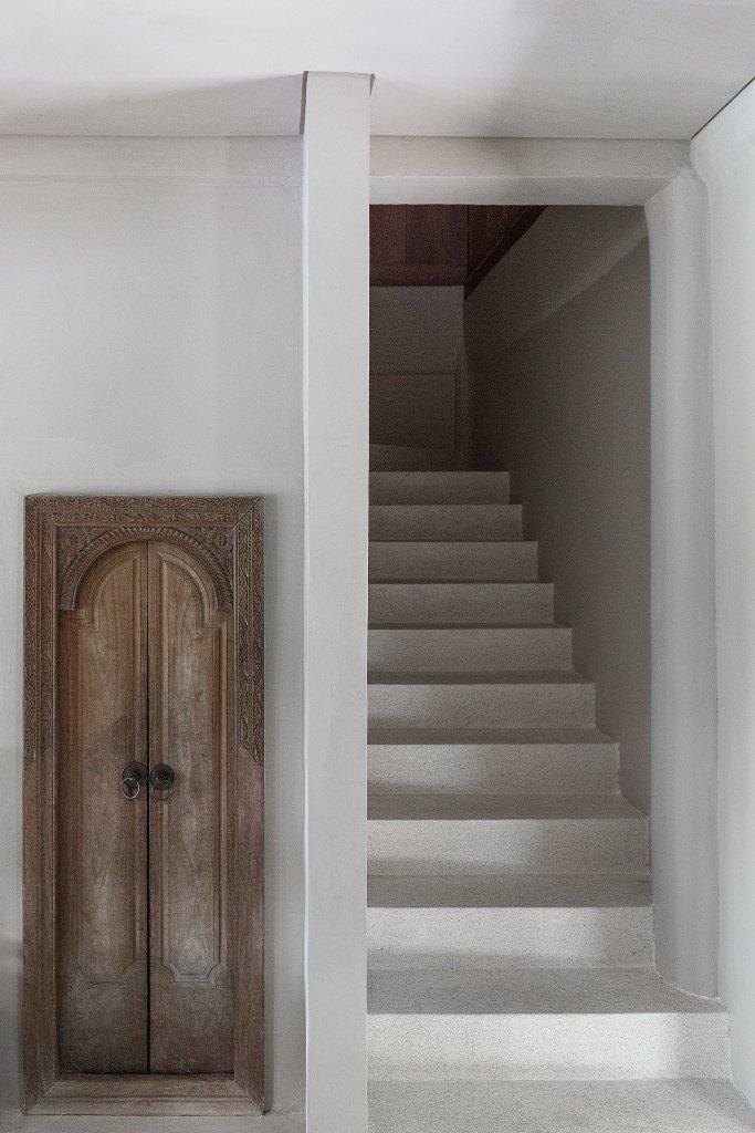 Le décor moderne est associé à des portes en bois vintage raffinées ici