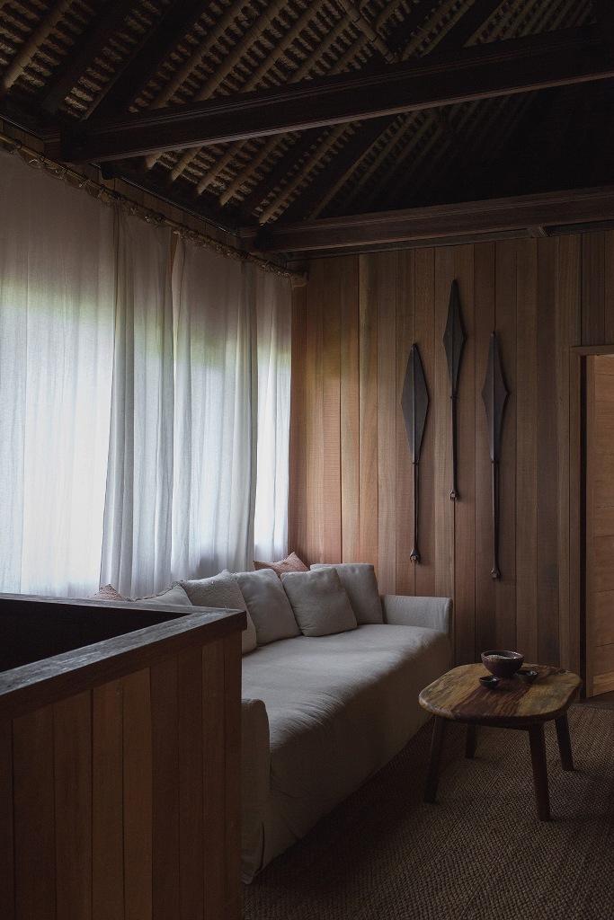 Un salon est fait avec de magnifiques meubles confortables et de nombreux articles en bois