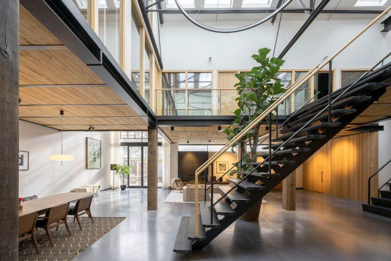 Il y a deux niveaux et principalement un toit vitré qui apporte beaucoup de lumière naturelle à l'intérieur