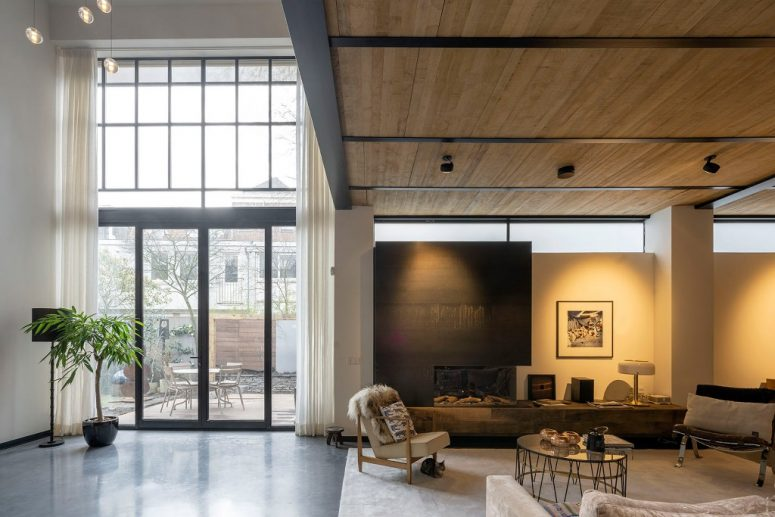 Des cadres de fenêtre en acier ont été ajoutés pour compléter la structure existante