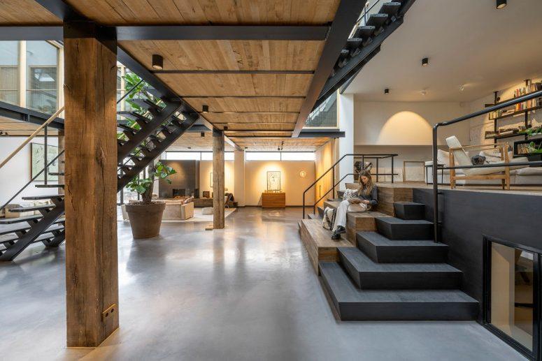 Il y a un salon de plate-forme au niveau du sol, vous pouvez voir un plafond et des piliers en bois