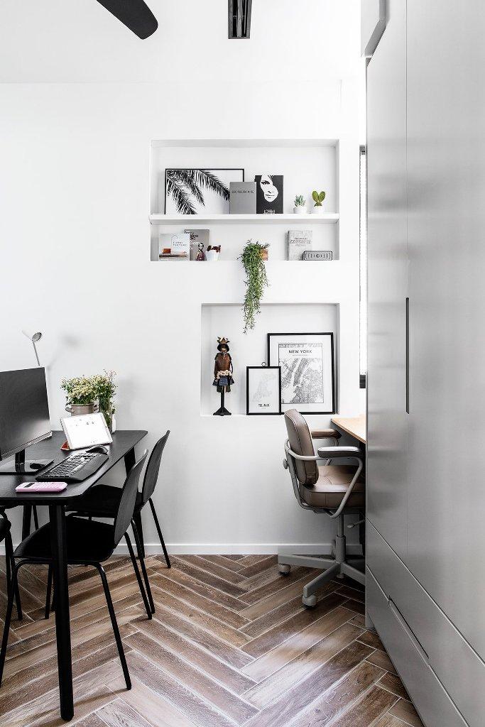 Il y a aussi un petit bureau à domicile partagé avec des niches pour le stockage et quelques espaces de travail