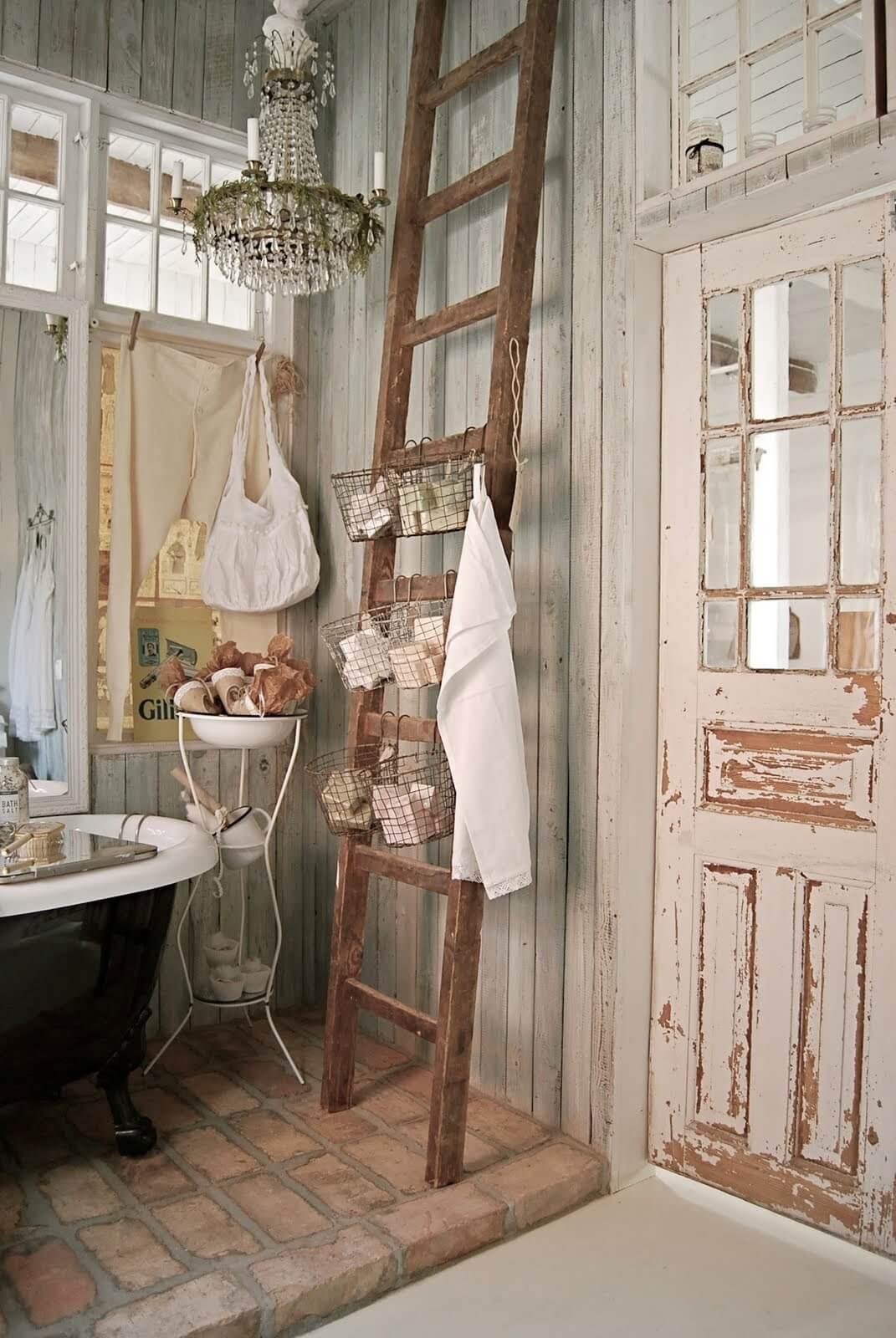 Rangement de salle de bain avec panier à échelle en bois