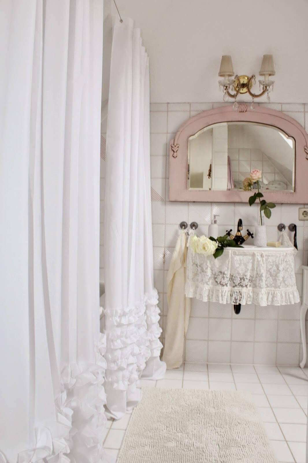 Jolis rideaux de douche et d'évier à volants