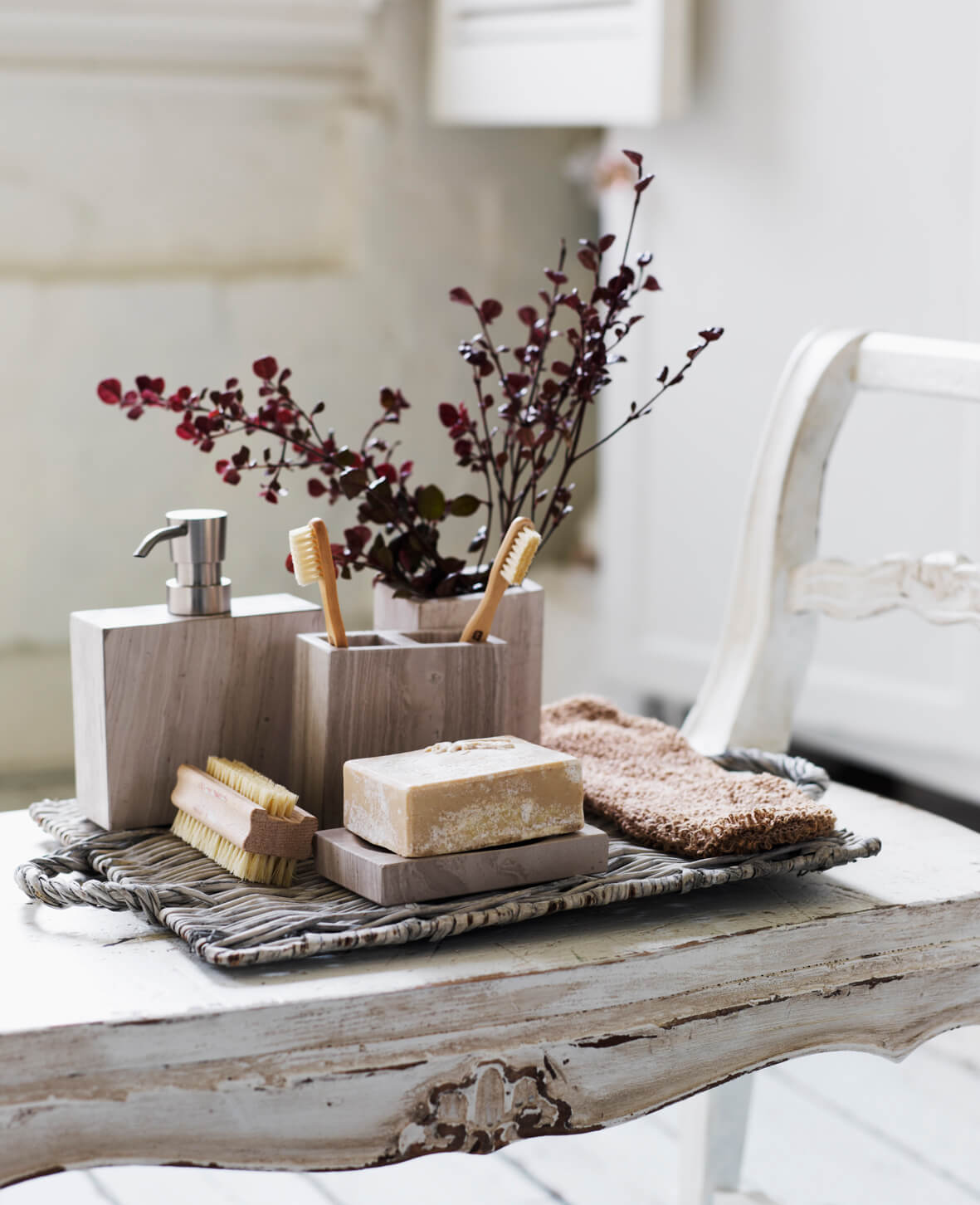 Table de salle de bain antique avec plante