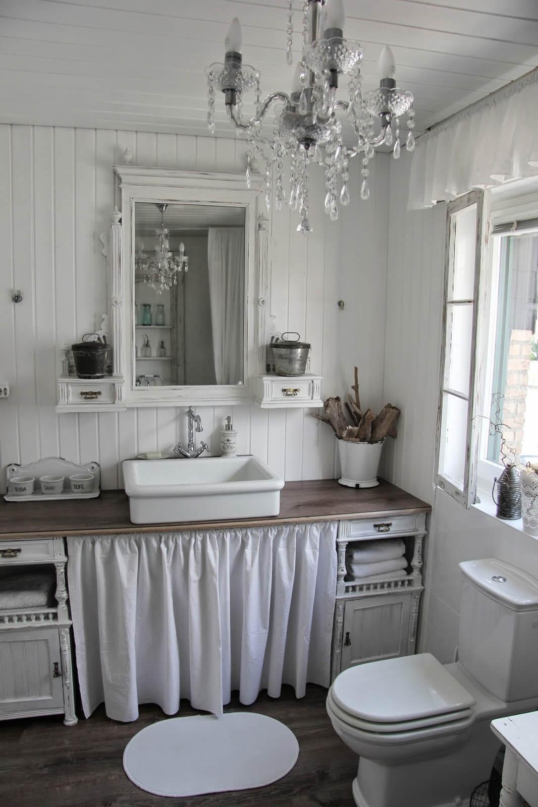Conception de salle de bain Shabby Chic avec des détails à volants