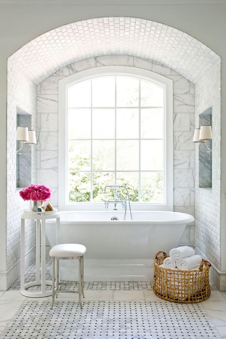 Coin baignoire carrelé avec fenêtre