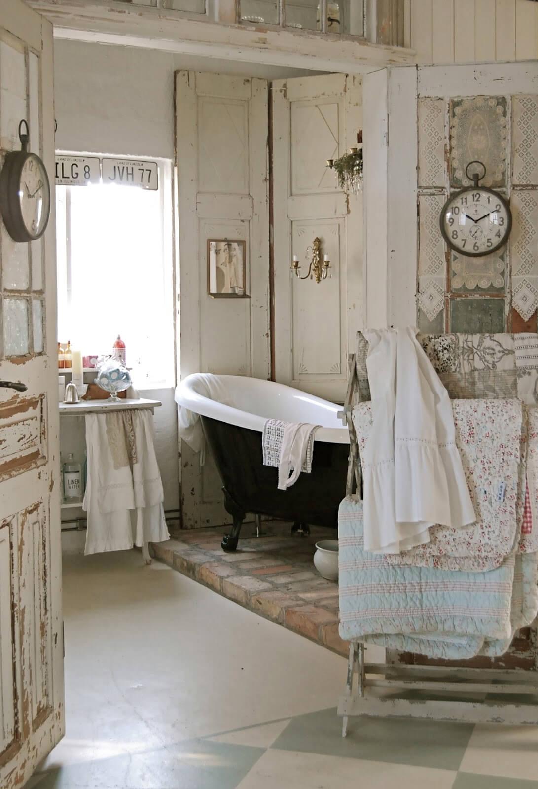 Salle de bain vintage avec support de couette