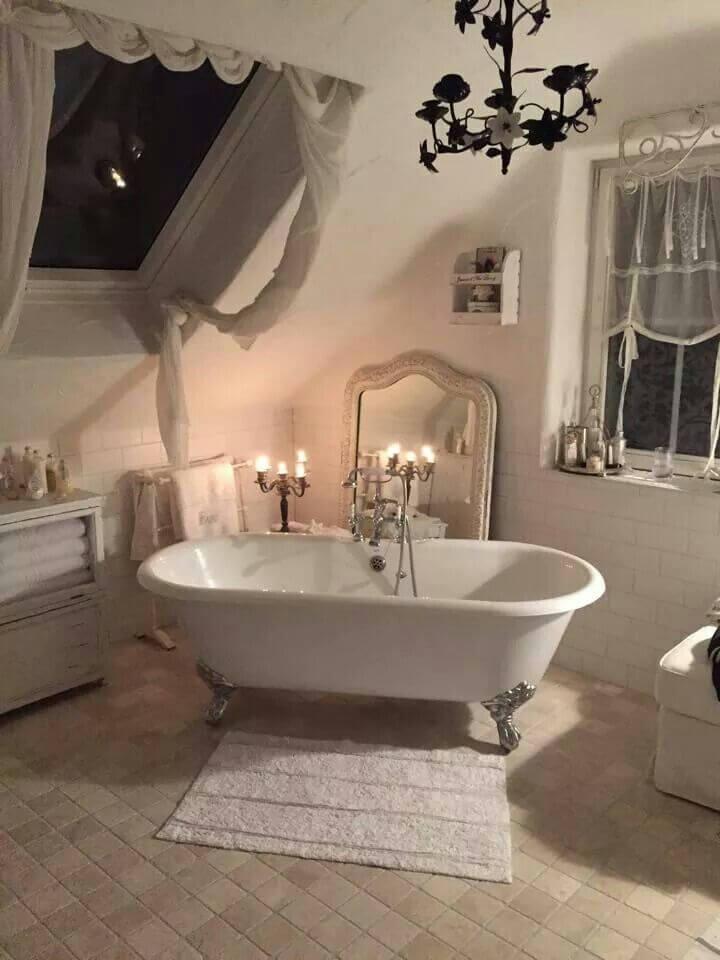 Décor de salle de bain Shabby Chic avec baignoire sur pattes