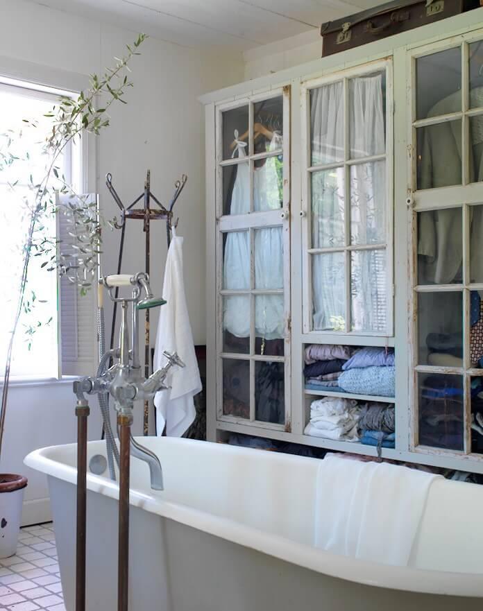 Armoire à linge avec portes anciennes