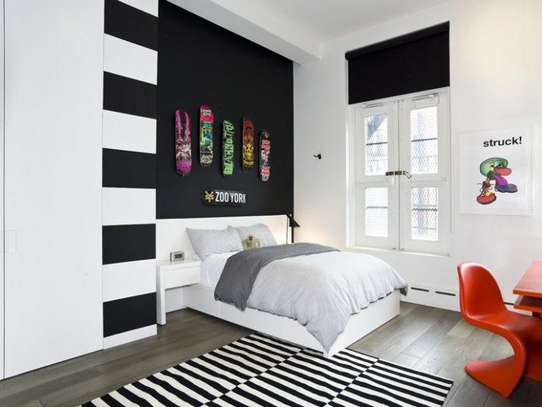 un mur d'accent noir avec des patins colorés est une idée audacieuse pour un espace moderne, conviendra beaucoup à une chambre d'adolescent