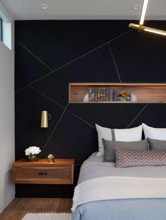un accent noir avec des motifs géométriques dorés et une niche en bois avec des livres est une idée élégante pour faire une déclaration dans une chambre