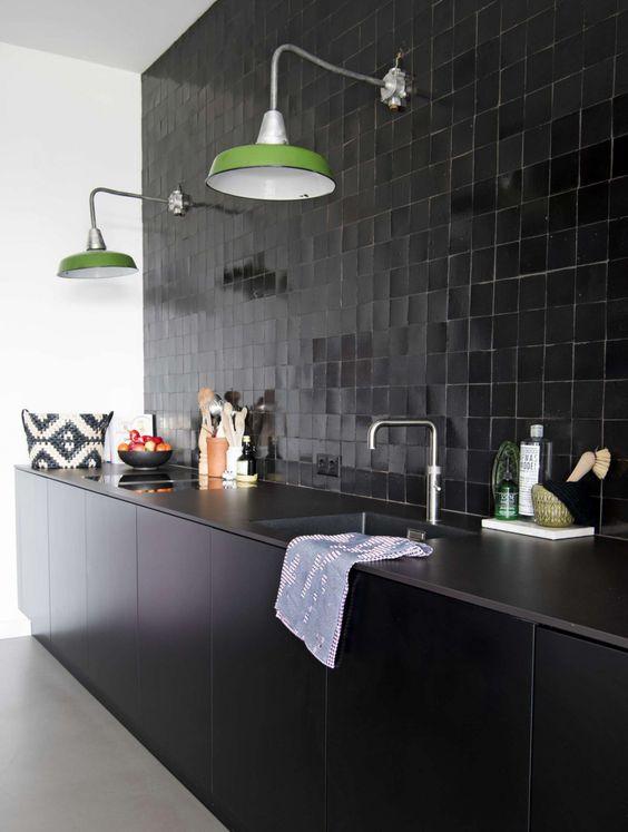 un mur de carreaux carrés noirs apporte un aspect moderne mais frais et audacieux du milieu du siècle à l'espace
