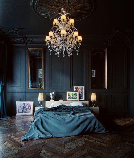 une chambre luxueuse de mauvaise humeur avec des murs en panneaux noirs, des miroirs vintage et un lustre et de superbes parquets