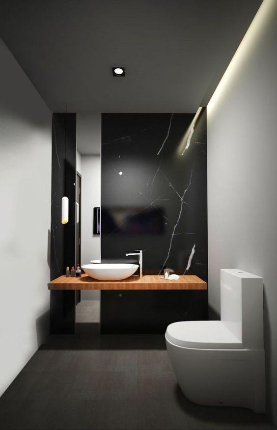 un mur de marbre noir raffiné avec des veines blanches comme élément de déclaration dans une salle de bain minimaliste