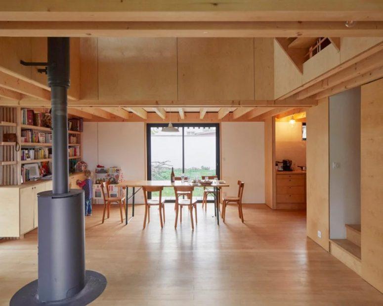 L'espace salle à manger est fait avec une grande étagère et une vue, le mobilier lui-même est très simple