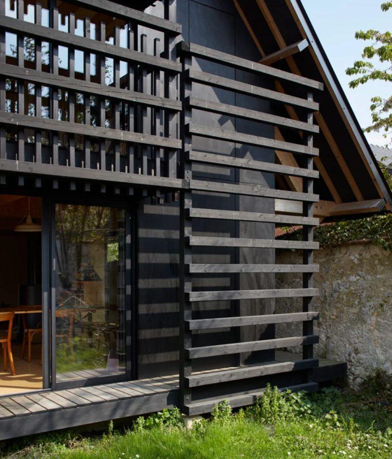 Il y a une petite terrasse autour de la maison et des écrans en dalle de bois qui la recouvrent