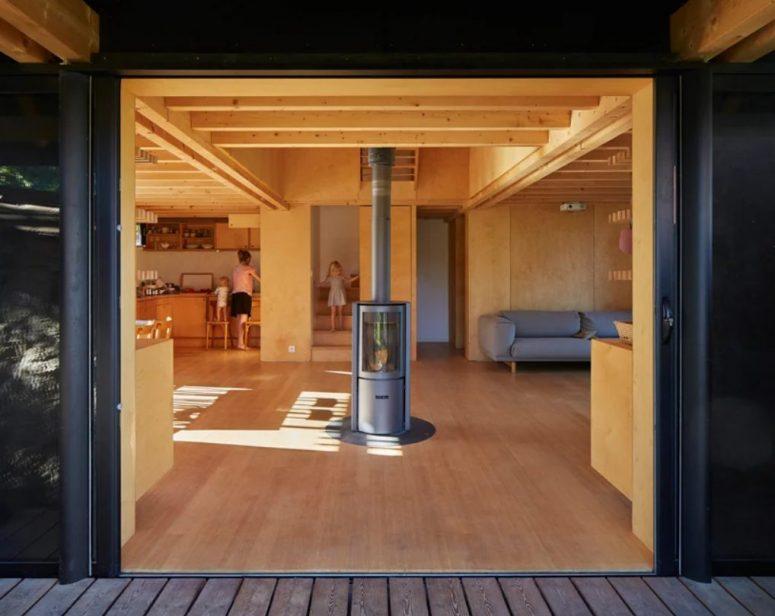 La disposition principale peut être ouverte sur l'extérieur avec des portes coulissantes, elle inspire la vie intérieure-extérieure