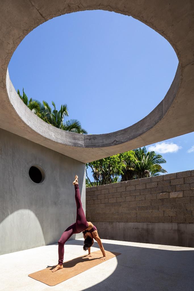 Ce trou illumine un espace pour le yoga