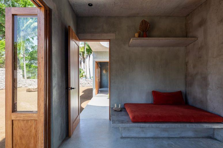 Un socle forme un siège pour le salon, il y a des étagères au-dessus et il est ouvert à l'extérieur